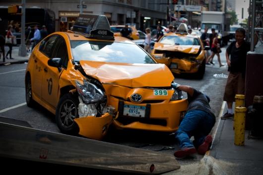 С кого требовать компенсацию ущерба пассажиру при поездке в такси