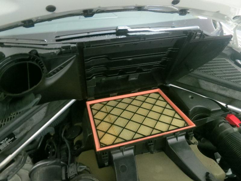 Как заменить воздушный фильтр на автомобиле BMW X5 (кузов E70) — пошаговое руководство