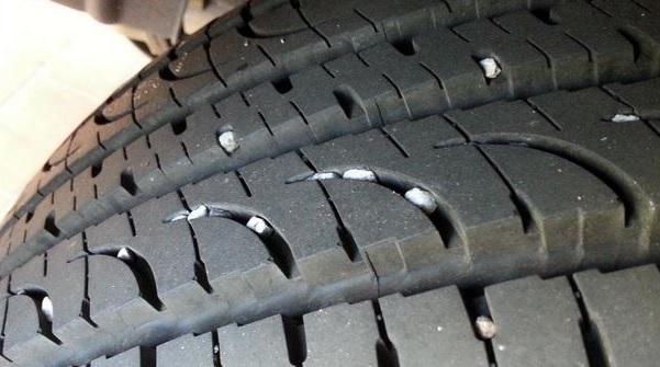 Ключ от машины – не лучшее решение для вытаскивания камня из протектора шины