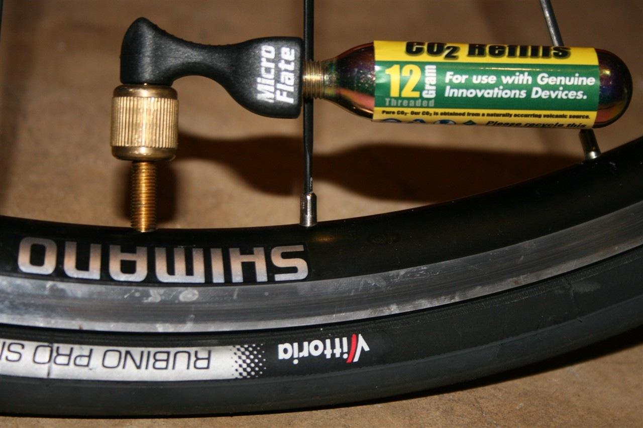 Накачать колесо велосипеда можно и без традиционного насоса