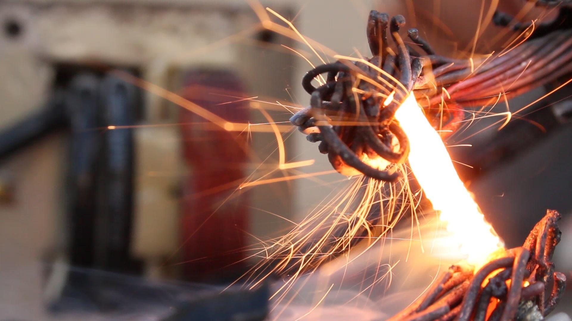 Как расплавить металлический болт с помощью трансформатора от СВЧ-печи: странное видео