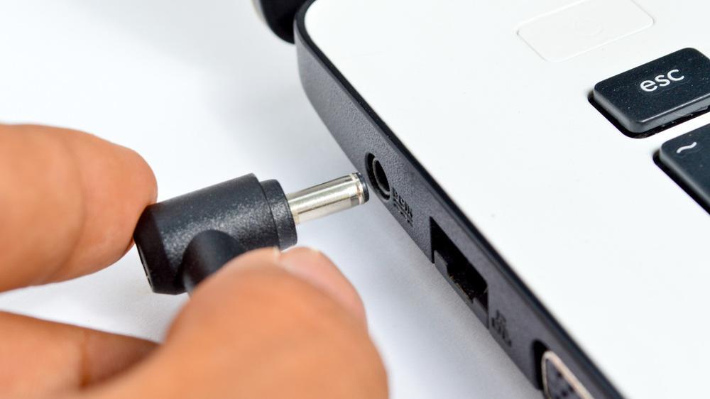 Ноутбук подключен к сети, но не заряжается: что делать?