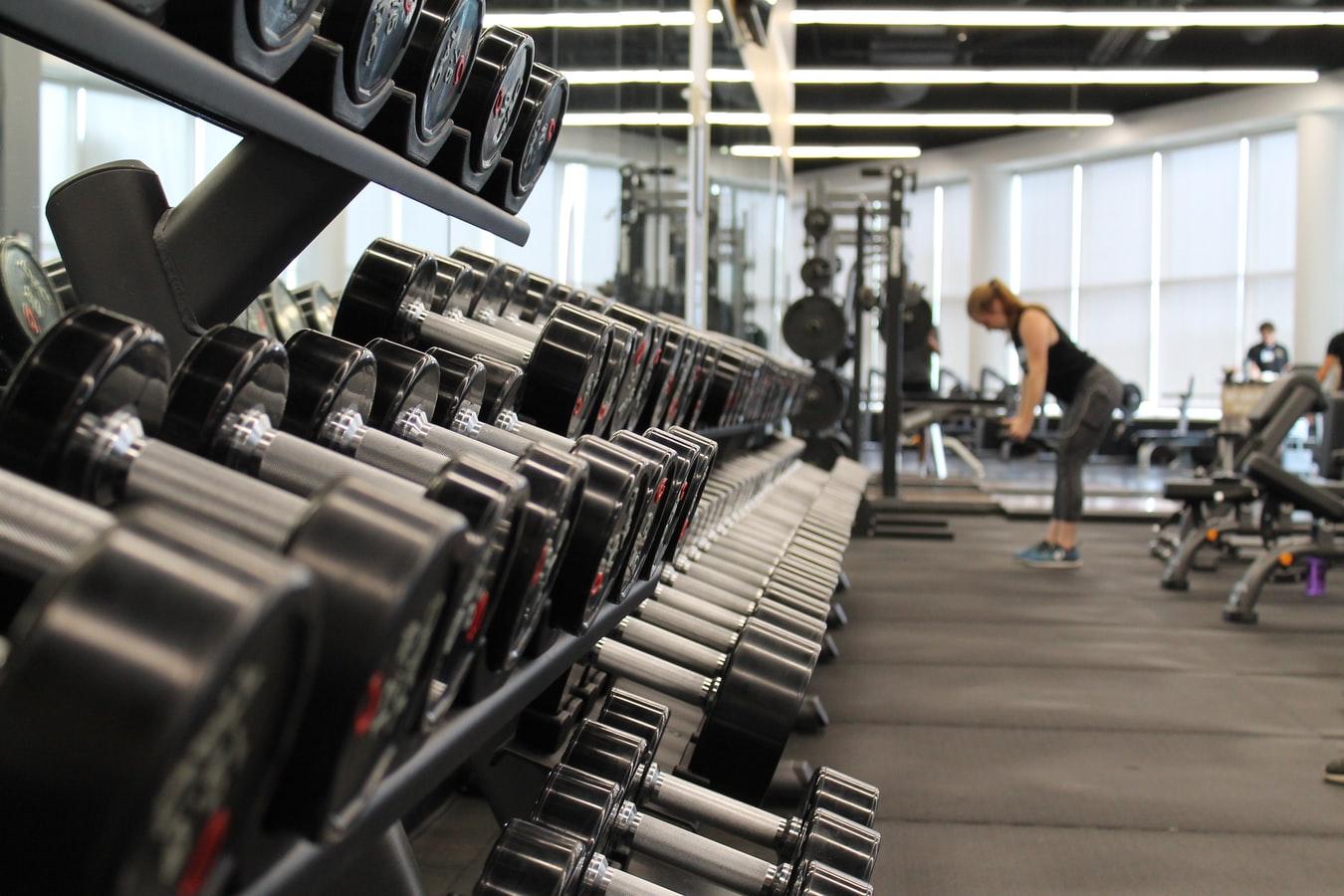 А зачем зеркала в спортзале? При силовых тренировках можно и без них