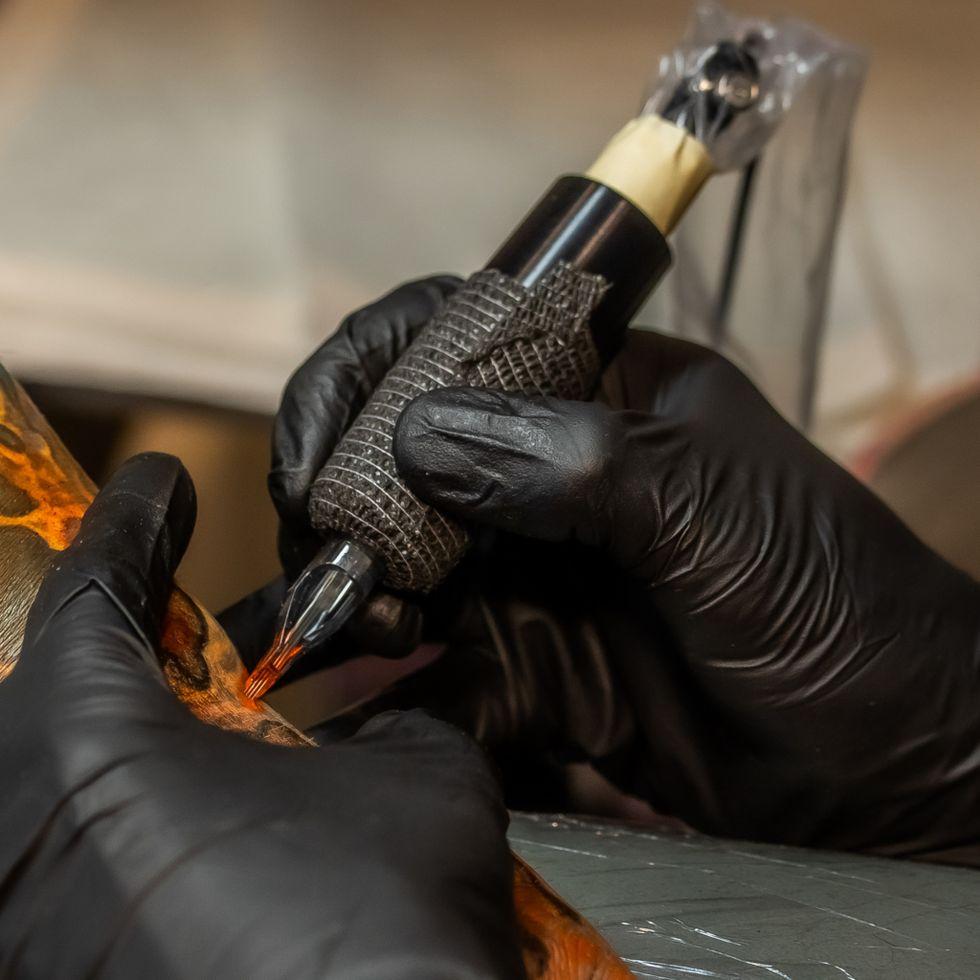 «И на эту, и на ту…»: полная история тату-машинки